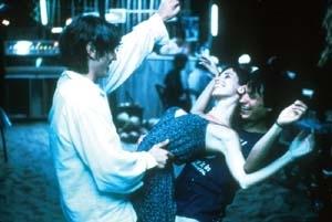 Gael Garcia Bernal con Diego Luna e Maribel Verdú in una scena di Y tu mamá también