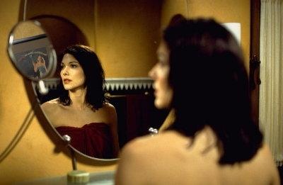 Laura Harring in una scena di Mulholland Drive, di David Lynch