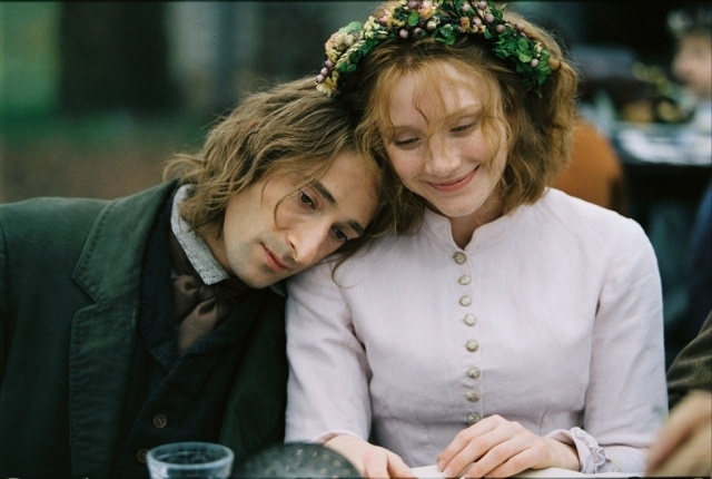 Adrien Brody e Bryce Howard in una scena del film The Village
