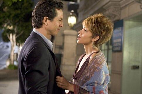 Halle Berry e Benjamin Bratt in una scena del film Catwoman