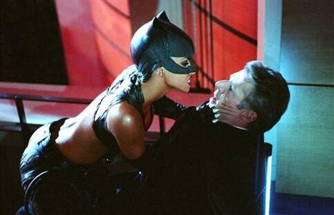 Halle Berry e Lambert Wilson in una scena del film Catwoman