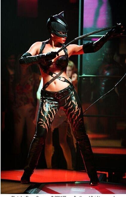 Una sexy Halle Berry in una sequenza del film Catwoman
