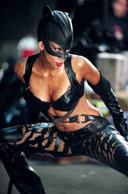 Halle Berry in una scena del film Catwoman