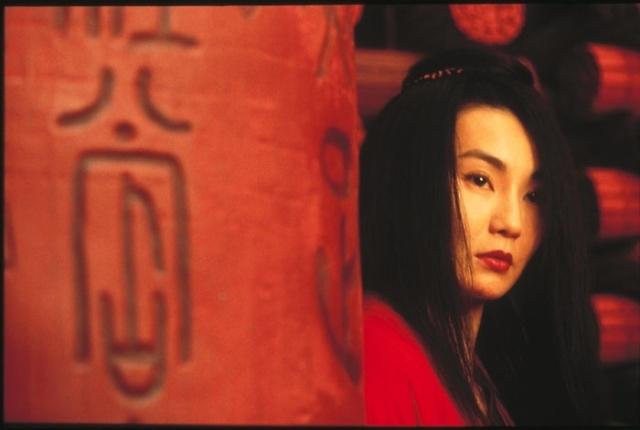 Maggie Cheung in una splendida scena del film Hero