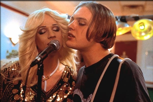 John Cameron Mitchell e Michael Pitt in una scena del film Hedwig - La diva con qualcosa in più
