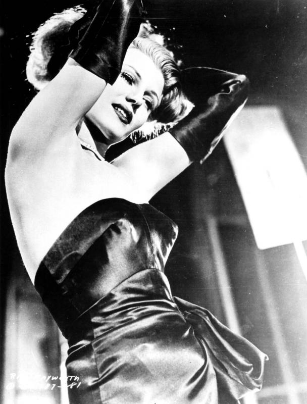Rita Hayworth in una foto promozionale per il film Gilda, che la lanciò definitivamente nell'olimpo delle star