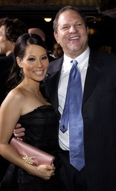 Il produttore Harvey Weinstein con Lucy Liu alla prima di Kill Bill Vol. 1 a Los Angeles