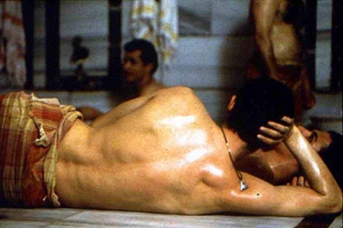 Alessandro gassman di spalle in una scena de il bagno turco