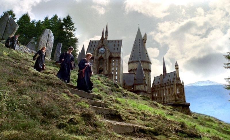 Il trio nei giardini di Hogwarts