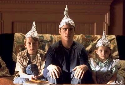 Joaquin Phoenix  tra i piccoli Rory Culkin e Abigail Breslin in una simpatica scena di Signs