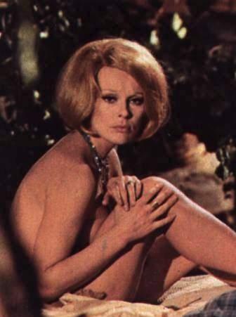Elke Sommer in una scena di La casa dell'esorcismo