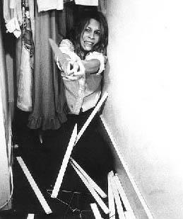 Jamie Lee Curtis cerca di sfuggire alla furia cieca di Michael Myers, in una foto promozionale per Halloween