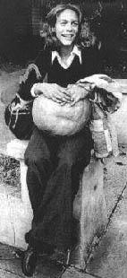 Jamie Lee Curtis in una foto promozionale per Halloween, con una zucca tra le mani