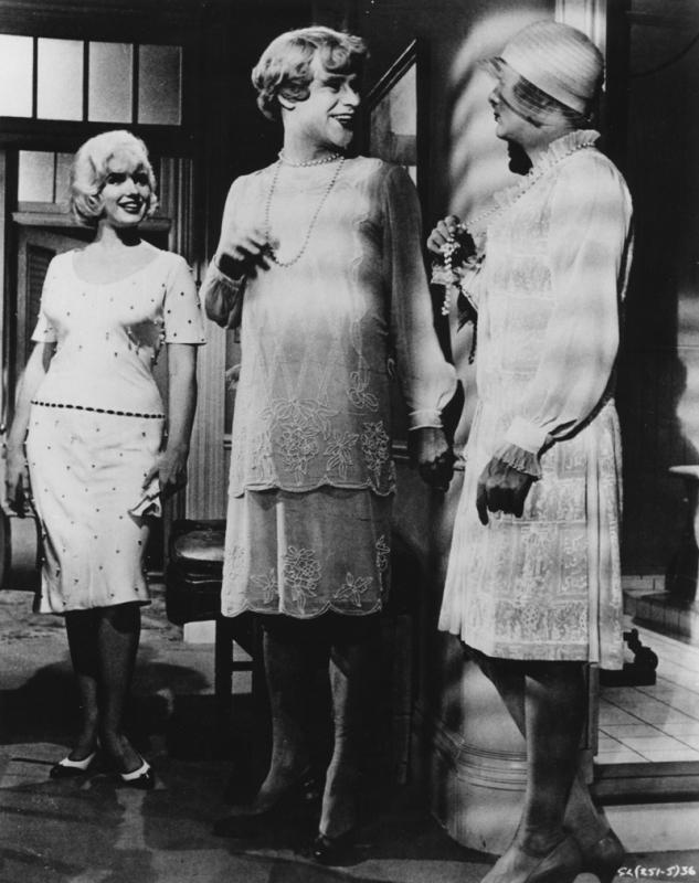 Marilyn Monroe e le sue 'amichette' Jack Lemmon e Tony Curtis, in una scena di A qualcuno piace caldo