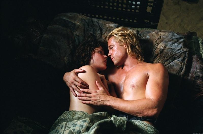Brad Pitt e Rose Byrne in una scena di Troy