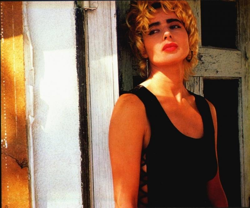 Isabella Rossellini bionda e con sopracciglia irsute in una scena di Cuore selvaggio