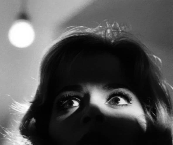 Lo sguardo di Leticia Roman in una scena de La ragazza che sapeva troppo