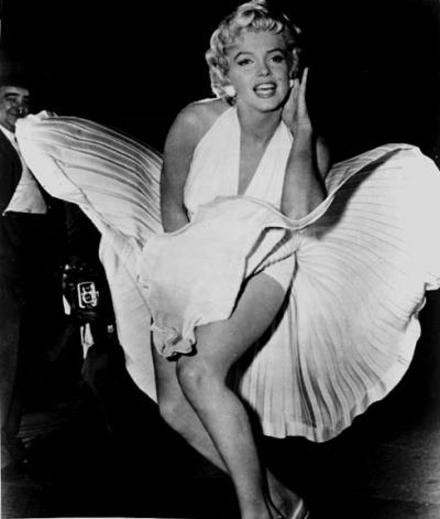 Un'immagine promozionale per Quando la moglie è in vacanza. Marilyn per realizzare questa foto bloccò il traffico cittadino e fece ingelosire Joe Di Maggio