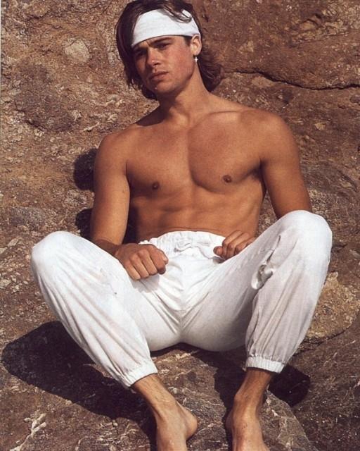 Brad Pitt a torso nudo all'inizio della carriera