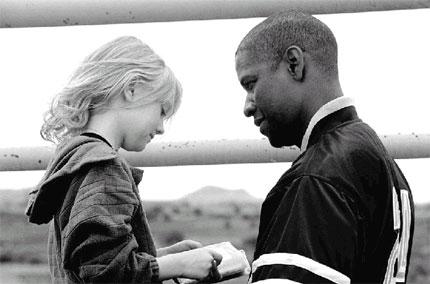 Denzel Washington e Dakota Fanning in una scena del film Man on fire - Il fuoco della vendetta