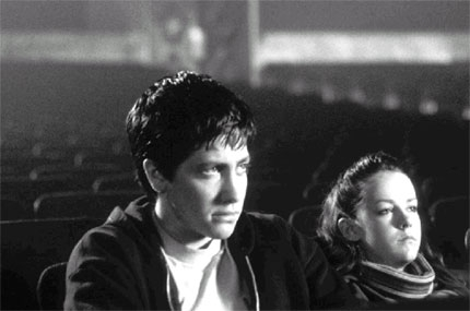 Jake Gyllenhaal e Jena Malone in una scena del film Donnie Darko