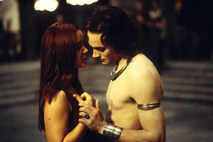 Stuart Townsend e Marguerite Moreau in una scena de La regina dei dannati
