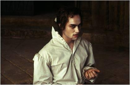Stuart Townsend in una scena dell'horror-musical La regina dei dannati
