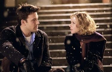 Ben Affleck e Christina Applegate in una scena del film Natale in affitto