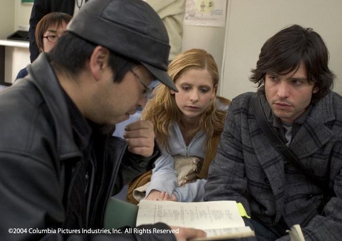 Takashi Shimizu, Sarah Michelle Gellar e Jason Behr sul set di The Grudge