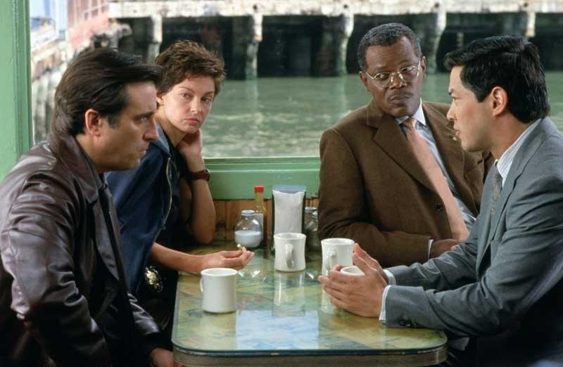 Andy Garcia, Ashley Judd, Samuel L. Jackson e Russell Wong  in una scena del film La tela dell'assassino