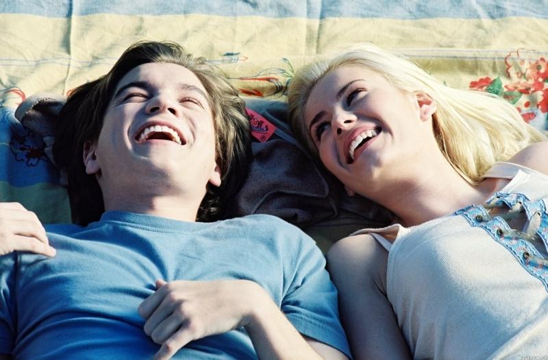 Emile Hirsch e Elisha Cuthbert in una sequenza del film La ragazza della porta accanto