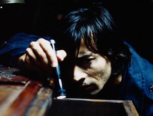 Luigi Lo Cascio in una scena del film Occhi di cristallo