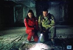 Sanaa Lathan con Raoul Bova in una scena di Alien Vs. Predator