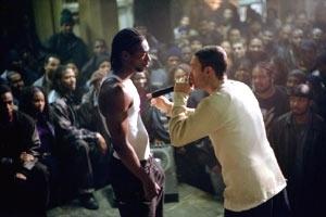 Anthony Mackie e Eminem durante una battaglia di freestyle in una scena di 8 Mile