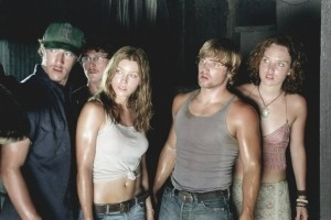 Eric Balfour, Jessica Biel, Jonathan Tucker, Erica Leerhsen e Mike Vogel in una scena del remake di Non aprite quella porta
