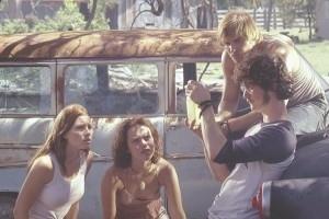 Jessica Biel, Erica Leerhsen, Jonathan Tucker e Mike Vogel in una scena del remake di Non aprite quella porta