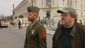 Michael Moore in una scena del documentario Fahrenheit 9/11