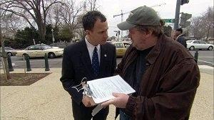 Michael Moore in una scena del doc. Fahrenheit 9/11