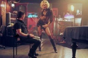 Antonio Banderas con Rebecca Romijn-Stamos in una scena di Femme Fatale