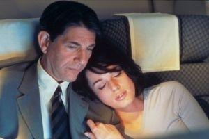 Peter Coyote e Rebecca Romijn-Stamos in una scena di Femme Fatale