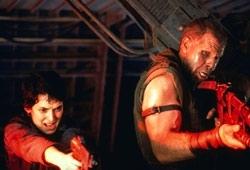 Winona Ryder e Ron Perlman in una scena di Alien: La clonazione