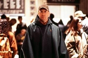 Bruce Willis in una scena di Unbreakable - Il predestinato di Shyamalan