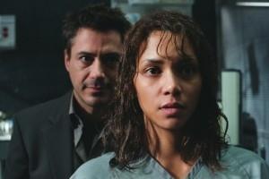 Halle Berry e Robert Downey Jr. in una scena di  Gothika