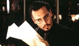 Johnny Depp in una scena de La nona porta