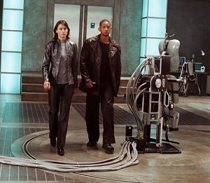 Bridget Moynahan accanto a Will Smith in una scena di Io, Robot