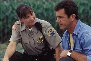 Cherry Jones e Mel Gibson in una scena di Signs