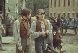 Leonardo DiCaprio e Henry Thomas in una scena di Gangs of New York