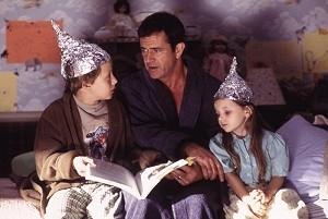 Rory Culkin, Mel Gibson e Abigail Breslin in una scena di Signs