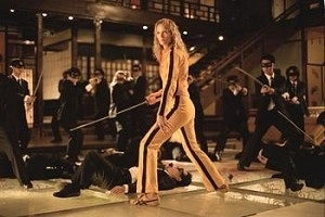 Uma Thurman circondata dai Crazy 88 in una scena di Kill Bill: Volume 1