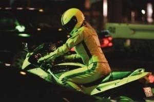 Uma Thurman in moto in una scena di Kill Bill: Volume 1